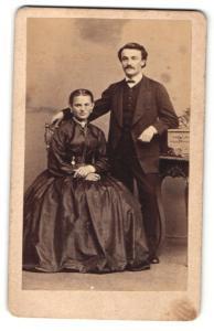 Fotografie C. Engelmann, Dresden & Freiberg, Portrait junges eleganters Paar, Gründerzeit