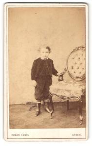 Fotografie Eugen Kegel, Cassel, Portrait Bub in zeitgenöss. Kleidung, Gründerzeit