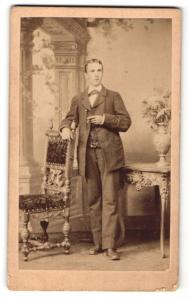 Fotografie Robert Pfeiffer, Seidenberg, Portrait junger Herr in zeitgenöss. Kleidung mit Zigarre