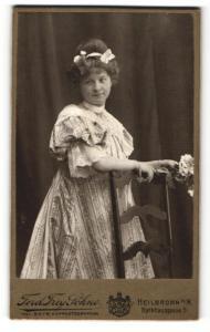 Fotografie Ferd. Frey Söhne, Heilbronn, Portrait junge Dame in modischem Kleid