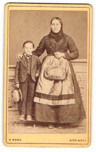 Fotografie H. Rank, Kitzingen, Portrait junge Frau in traditioneller Kleidung mit Kopftuch und Knabe