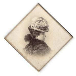 Fotografie V. Lobenwein, Klagenfurt & Villach, Profilportrait junge Dame mit modischem Hut