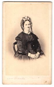 Fotografie A. Bury, Lille, Portrait Dame mit zeitgenöss. Kopfschmuck, Gründerzeit