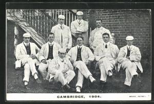 AK Cambridge, Rudermannschaft in Anzügen mit Mützen, 1904