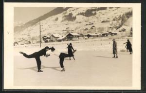 AK Schlittschuh, Eiskunstläufer auf dem Eis vor winterlicher Landschaft