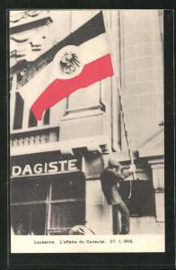 AK Lausanne, L`affaire du Consulat, 1915, Mann mit Flagge vor der Botschaft