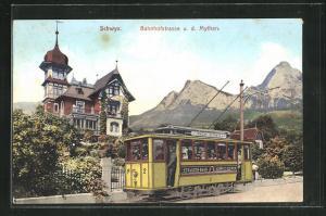 AK Schwyz, Bahnhofstrasse mit Strassenbahn, Blick zu den Mythen