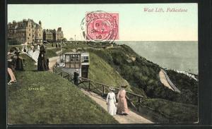AK Folkestone, West Lift, Weg an Küste mit Ausflüglern