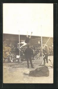 Foto-AK Münster, Kriegsgefangene beim Stabhochsprung