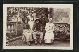 AK Frauen und Akkordeonspieler sitzen vor dem Haus
