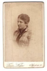 Fotografie Franz Hofer, Augsburg, Portrait Dame mit zusammengebundenem Haar