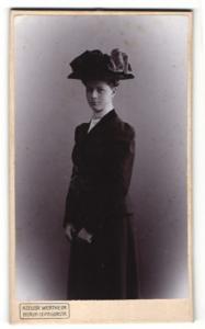 Fotografie Atelier Wertheim, Berlin, Portrait gutbürgerliche junge Dame mit Hut