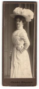 Fotografie Georg Maurer, Halle a/S, Portrait bürgerliche junge Dame in weiss mit Hut