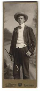 Fotografie F. Wenning, Lichtenfels, Portrait halbwüchsiger Knabe mit Zipfel, Strohhut und Gehstock