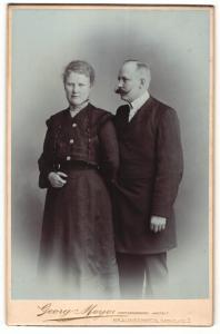 Fotografie Georg Meyer, Braunschweig, Portrait Herr mit imposantem Schnauzbart und Gattin