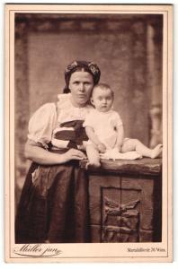 Fotografie Müller jun., Wien, Portrait Frau in Tracht mit Säugling