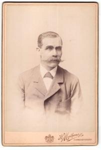 Fotografie H. Mathaus, Wien, Portrait älterer Herr mit imposantem Schnauzbart