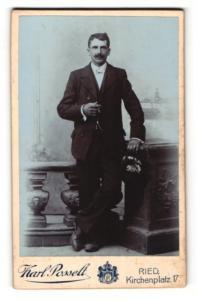 Fotografie Karl Posselt, Ried, Portrait junger Mann in Anzug mit Zigarre