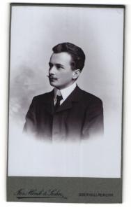 Fotografie Josef Henk & Sohn, Oberhollabrunn, Portrait junger Mann im Anzug mit Schnautzer