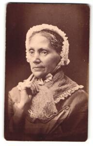 Fotografie Fotograf & Ort unbekannt, Portrait einer Dame mit Kopfbedeckung