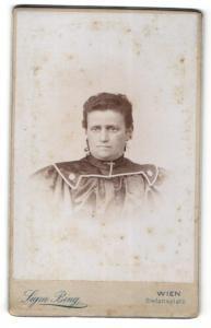 Fotografie Sigmund Bing, Wien, Portrait einer ernstblickenden Dame