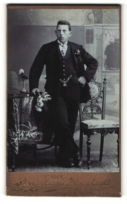 Fotografie Arnold Hirnschrodt, Ried i. Innkreis, Portrait junger Herr im Anzug 0