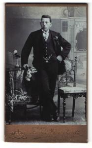 Fotografie Arnold Hirnschrodt, Ried i. Innkreis, Portrait junger Herr im Anzug