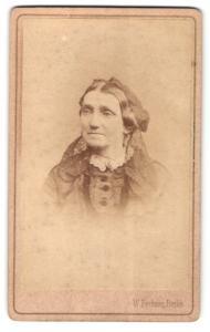 Fotografie Wilh. Fechner, Berlin, Portrait ältere Dame mit Kopfschmuck
