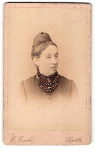 Fotografie Ernst Encke, Görlitz, Portrait Frau mit Halskette