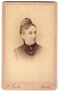 Fotografie Ernst Encke, Görlitz, Portrait Dame mit Halskette