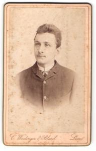 Fotografie Weidinger & Blasel, Linz, Portrait junger Herr im Anzug