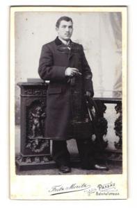 Fotografie Fritz Moritz, Passau, Portrait Herr im Mantel mit Zigarette