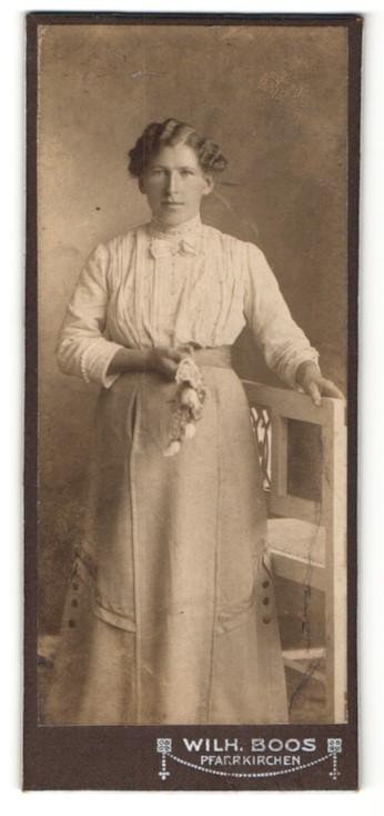 Fotografie Wilh. Boos, Pfarrkirchen, Portrait Dame mit Blume an einem Stuhl 0