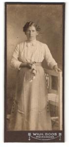 Fotografie Wilh. Boos, Pfarrkirchen, Portrait Dame mit Blume an einem Stuhl