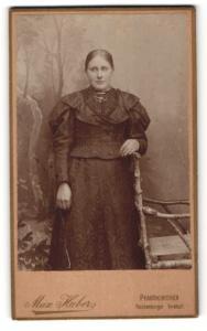 Fotografie Max Huber, Pfarrkirchen, Portrait füllige Dame an einem Stuhl