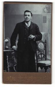 Fotografie Arnold Hirnschrodt, Ried i. Innkreis, Portrait Herr im Anzug mit Zigarre