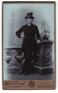 Fotografie Karl Posselt, Ried i. Innkreis, Portrait Junge im Anzug mit Hut