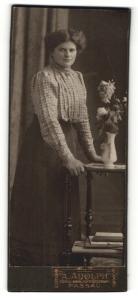 Fotografie A. Adolph, Passau, Portrait Dame an einem Beistelltisch