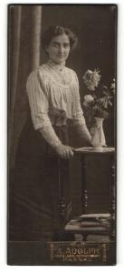 Fotografie A. Adolph, Passau, Portrait Frau an einem Beistelltisch