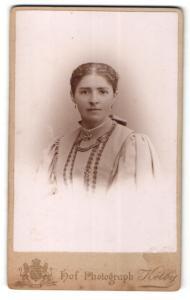 Fotografie Kolby, Plauen i. V., Junge Frau im Kleid mit Puffärmeln