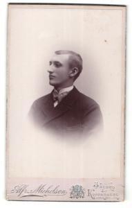 Fotografie Alfr. Michelson, Örebro, junger Mann im Mantel mit dicker Fliege