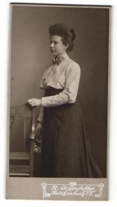 Fotografie R. Schönfelder, Reichenbach i. V., Junge Frau im Kleid mit Haarschleife