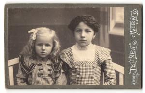 Fotografie Paul Jelinek, Wien, ein Mädchen mit offenen Haaren und ein Mädchen mit geflochtenen Haaren