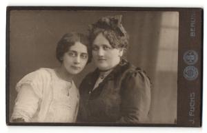 Fotografie J. Fuchs, Berlin, Portrait zwei junge Frauen im Portrait , Dicke Frau mit Haarschleife
