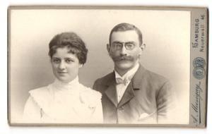 Fotografie A. Mocsigay, Hamburg, Portrait bürgerliches Paar in eleganter Kleidung
