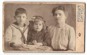Fotografie F. Hofer, Bad Ischl, Portrait Mutter mit Tochter und Sohn