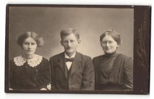 Fotografie J. M. Jensen, Hordum, Portrait junger Herr und zwei junge Damen