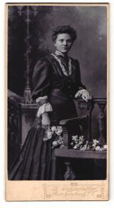 Fotografie R. Schönfelder, Reichenbach i. V., Portrait junge Dame mit Blumen