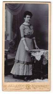 Fotografie R. Schönfelder, Reichenbach i. V., Portrait junge Frau im Kleid
