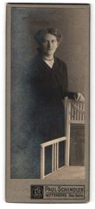 Fotografie Paul Schindler, Wittenberg, Portrait Frau an einem Stuhl